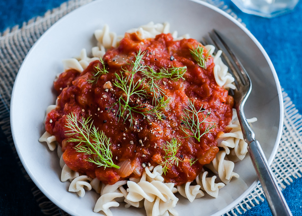 slow cooker vegan tomato sauce with fennel