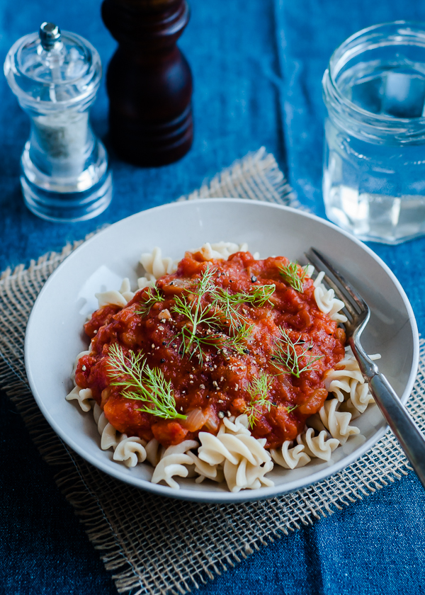 vegan slow cooker tomato sauce with fennel